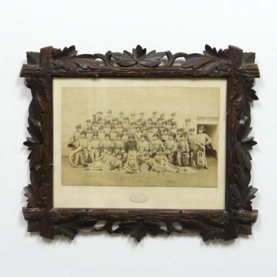 Fotografie Regiments music ve vyřezávaném rámu